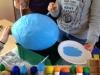 Vor der Eröffnung – Schüler der Wartburgschule kleben und bemalen Luftballons aus Pappmaché für Wunschzettel