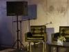 Vor der Eröffnung – Blick in den Ausstellungsraum: einen Bühne an der Mauer bietet Platz für Lesungen, Konzerte, Poetry-Slam, Podiusmdiskussionen u.a.