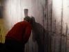 """Blick durch ein Mauerloch auf die """"andere Seite"""" – zu sehen sind Kurzvideos von Schülerinnen des Elisabeth-Gymnasiums über West-Sehnsucht in der ehemaligen DDR"""