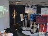 Blick in die Ausstellung – Installation einer Demonstration, die sich auf einer Drehscheibe auf der Stelle dreht