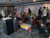 Die Ausstellung als Aktionsraum – Berliner Schüler zu Gast beim ZWEI-LAND-Projekt im Eisenacher KUNST Pavillon: Ihren Protest gegen Ausgrenzung und ihre Zukunftswünsche malten sie auf Schilder, trugen diese durch Eisenach und stellten sie in die Ausstellung.