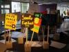 Meinungen und Ansichten von Ausstellungsbesuchern auf Demonstrationsschildern