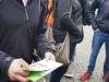 Martin-Buber-Oberschule Berlin-Spandau: Postkarten mit Zeitzeugengeschichten werden verteilt
