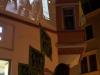 """StadtKlangBild-Installation in Eisenach: oben, an acht Häuserwänden, Fotos zum Fall der """"alten Mauer"""" – unten, in der Fußgängerzone, Klangrucksäcke mit Zeitzeugenberichten und Statements über """"neue Mauern"""" zwischen Kulturen, Religionen, Lebensweisen ..."""
