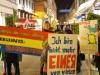 StadtKlangBild-Installation in Eisenach: Schüler der Pestalozzi-Förderschule Eisenach, mit Klangrucksäcken und Protestplakaten unter den Fotos an den Häusern der Fußgängerzone