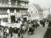 Foto aus der StadtKlangBild-Installation in Eisenach - Montagsdemonstration durch die Stadt zur Stasi-Zentrale, am Lutherhaus vorbei