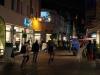 StadtKlangBild-Installation in Eisenach: Einradfahrer mit Klangrucksäcken aus dem Jugendclub EAST-END unter Fotos aus der Wendezeit