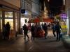 StadtKlangBild-Installation in Eisenach - Die Stadtverwaltung hat das Straßenlicht ausgeschaltet, die Teilnehmer verteilen sich in der Fußgängerzone.