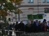 Gemeindemitglieder der evangelischen und der muslimischen Gemeinde trafen bereits auf dem Markt zusammen und nähern sich gemeinsam der Synagogen-Gedenkstätte aus südlicher Richtung