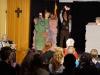 """""""Mauerstückchen"""" – eine Szenencollage nach wahren Erlebnissen, erlebt und gespielt von 14 Spielerinnen und Spielern des """"Theaters der Erfahrungen"""", auf deutsch und türkisch."""